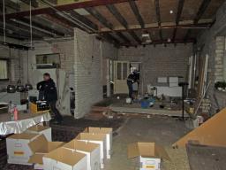 Het leeghalen van de woning voordat de cementdekvloer gerealiseerd kan worden.