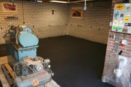 Gepleisterde antraciete cementdekvloer garage